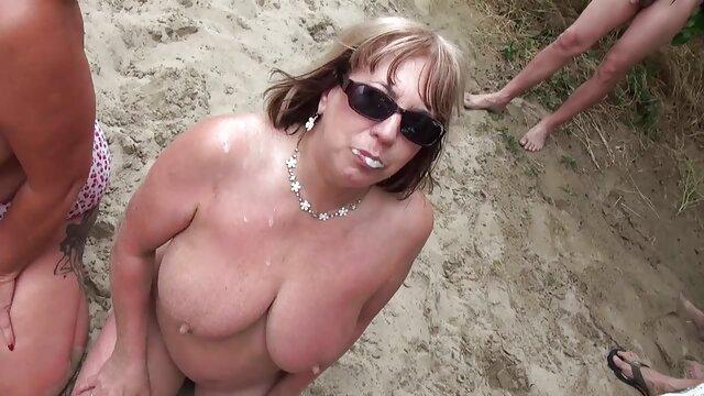 4. پدر آدرس کانال تلگرام فیلم سکسی پیر مورون انگشتان همسرش را می گیرد تا او را برای رابطه جنسی بعدی آماده کند