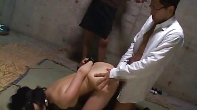 سبزه MILF بور لینک گروه فیلم سکس تلگرام دختر داغ خود را اغوا می کند