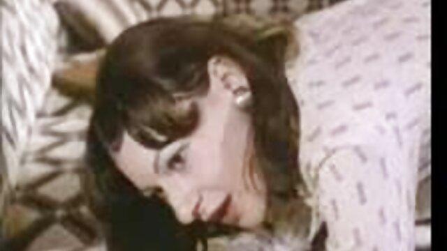 نیکی داغ با لباس زیر کانال تلگرامی فیلمهای سوپر زنانه و پاشنه بلند قرمز زرق و برق دار در تعطیلات 2 لعنتی می شود
