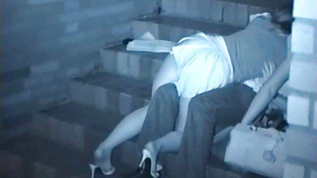 دختران مو بور بیکینی کانال فیلم سوپر الکسیس در کنار استخر بازی گربه و سینه را لیس می زنند